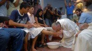hi-pope-kissing-feet